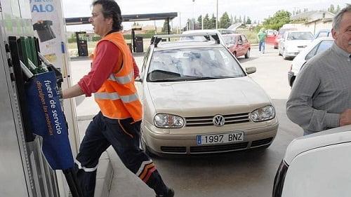 Los carburantes bajan los lunes, cuando se informa del precio a la UE, y suben los martes.