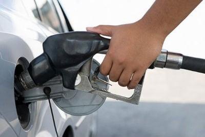 Las petroleras se rebelan por las continuas críticas del Gobierno sobre los precios de los combustibles.
